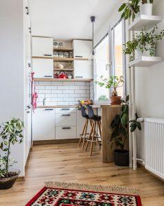mala bijela kuhinja ukrašena cvijećem