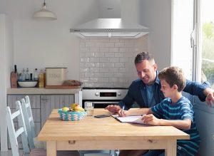 otac i sin rade domaće zadatke u maloj Tesla kuhinji