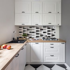 mala bijela kuhinja sa crno bijelim pločicama