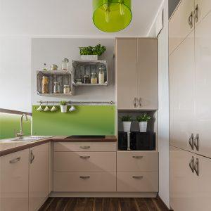mala krem kuhinja sa zelenim detaljima