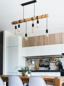 mala kuhinja sa sijalicama koje vise sa plafona