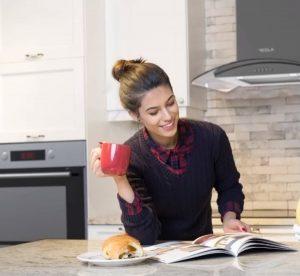 devojka pije kafu u Tesla kuhinji
