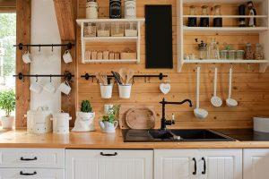 mala drvena kuhinja sa otvorenim elementima