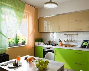 mala kuhinja u zeleno narandžastim tonovima sa Tesla bijelom tehnikom