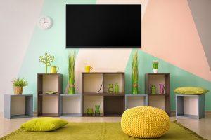 dekorativni zid pastelnih boja sa Tesla televizorom