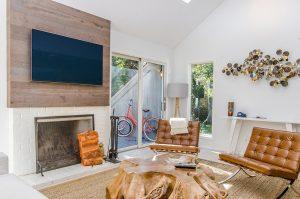 dekorativni zid od drveta sa Tesla televizorom