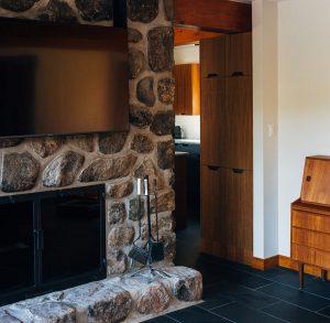 dekorativni kameni zid sa kaminom i Tesla televizorom