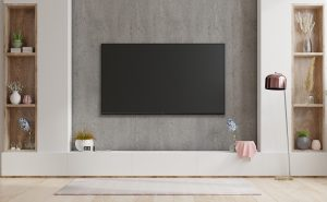 dekorativni sivi zid sa drvenim policama i Tesla televizorom