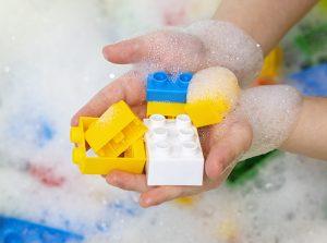 Čišćenje dečijih Lego igračaka u peni