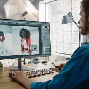 Muškarac fotošopira sliku na Tesla monitoru