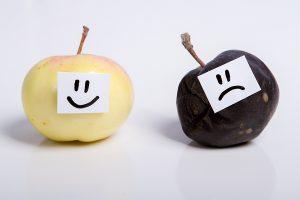 dve jabuke - jedna sočna sa smajlijem, druga trula sa tužnim emotikonom