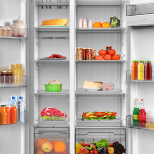 Otvoren Tesla frižider sa različitim namirnicama spakovanim unutra