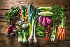 Voće i povrće posloženo na drvenu podlogu