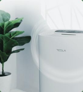 Tesla prečišćivač vazduha pored zelene biljke