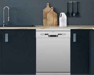 Deterdžent za pranje sudova na Tesla mašini za pranje sudova u kuhinji sa tamnim elementima