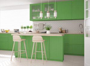 Zelena kuhinja sa belim elementima