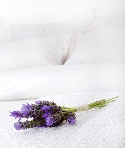 Buket lavande na beloj posteljini