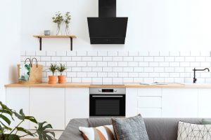 moderna bijela skandidavska minimalistička kuhinja sa modernom napom