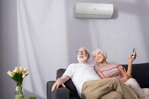 baka i deda sjede na kauču i rashlađuju se klimom dok su napolju visoke temperature