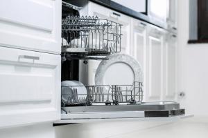 Masina za pranje sudova sa sudovima i cisto posudje