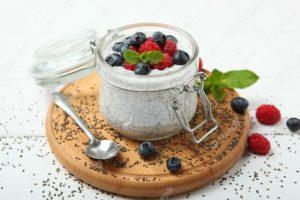Chia puding na bijelom stolu predstavlja vrlo hranljiv ukusan i zdrav obrok za djecu školarce i celu porodicu